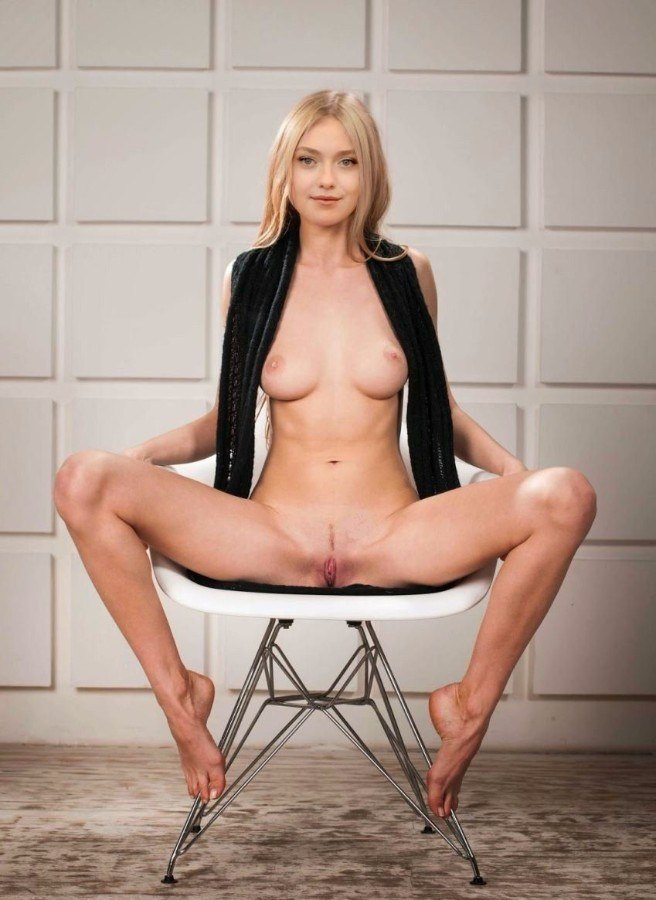 Dakota Fanning Nude Posing Her Boobs Pussy Pictures