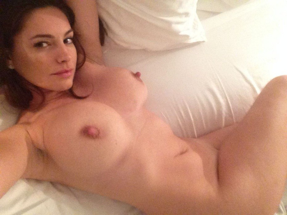 Kelly Brook Naked Body Big Tits On Bed