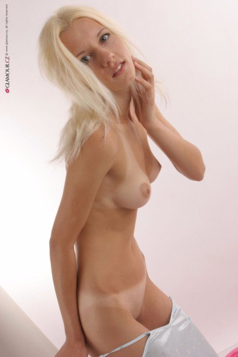 naked blonde sexy mom