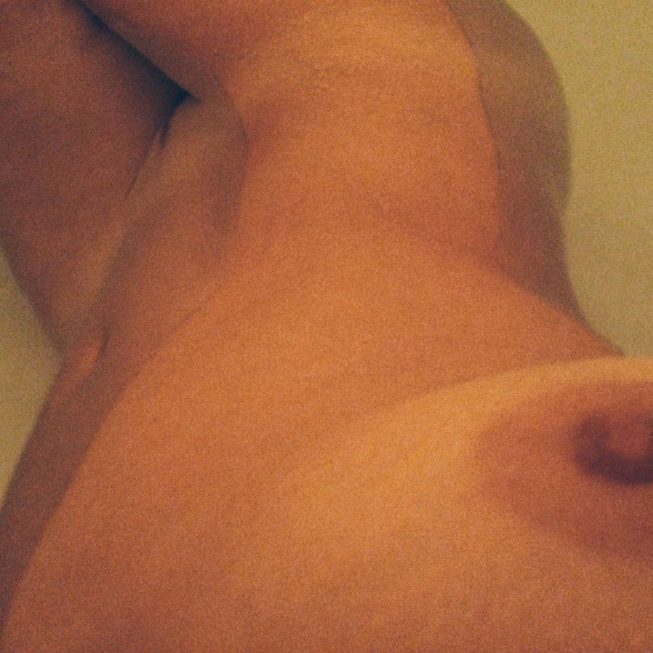 Yvonne Strahovski Nude Tits Leaked Photo